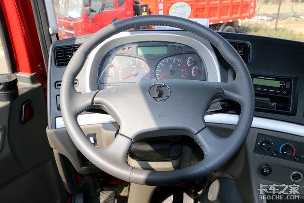 下面则是空调,电源,点烟器和车内阅读灯,中控锁以及轮间,轴间差速锁开