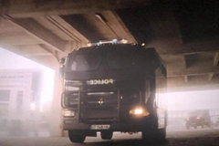 卡车运送囚犯 军用卡车阿汤哥也敢劫?