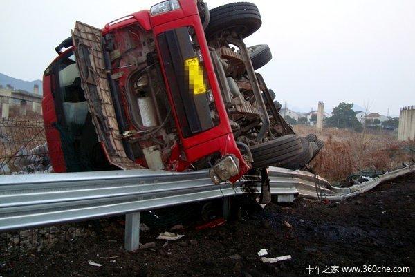 丰泽:挂车侧翻司机被困路过司机报警