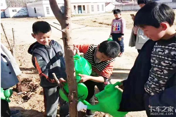 植树节这一天,他们种下的是希望!
