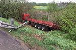 雨天路滑 一红色货车失控侧翻冲出高速