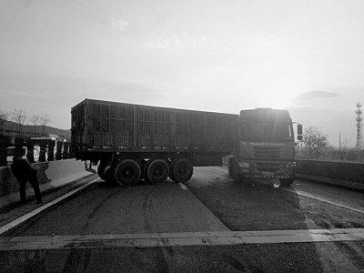 """货车""""横行""""高速中民警想办法挪开它"""