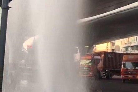 半挂车撞断消防栓水柱喷涌达五六米高