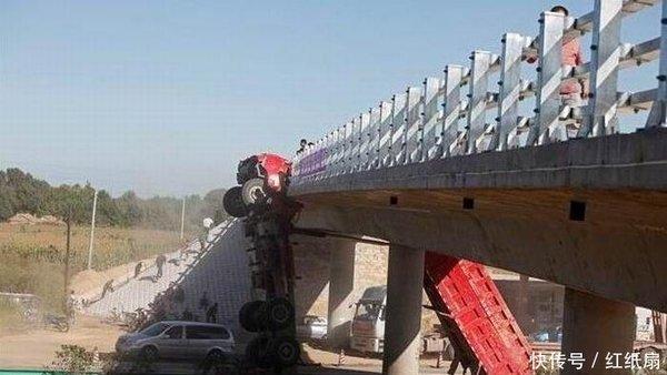 卸货后忘记放下翻斗过桥底时上演变身