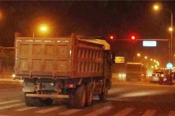 济南:31辆闯灯渣土车被暂停办理通行证