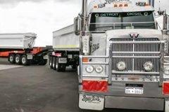 世上最长卡车:长1600米相当于三辆火车