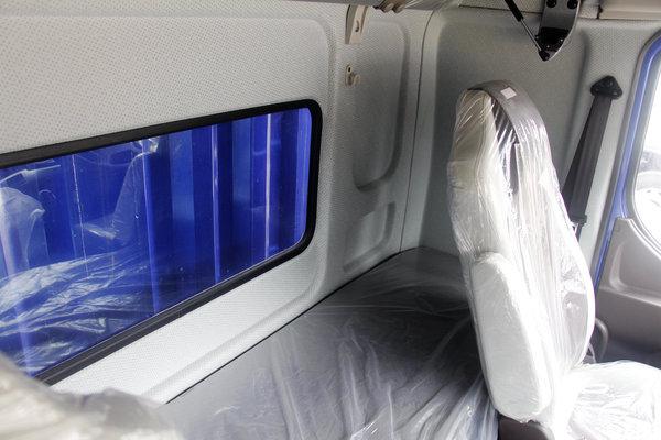 高顶驾驶室还带卧铺乘龙H5绿通版实拍