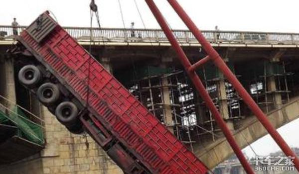 坠河事故频发为何多数司机逃不出去?