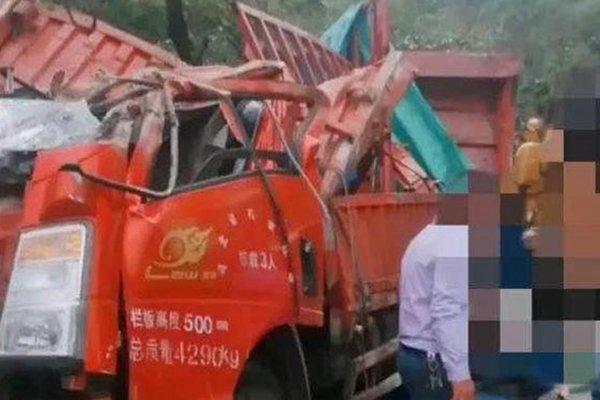 货车侧翻致村民8死11伤事发地:长下坡