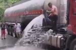 奇怪 为啥村民接油罐车的油司机不生气