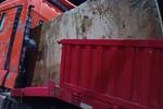 货车强行冲磅 装载的巨石前倾撞毁车头