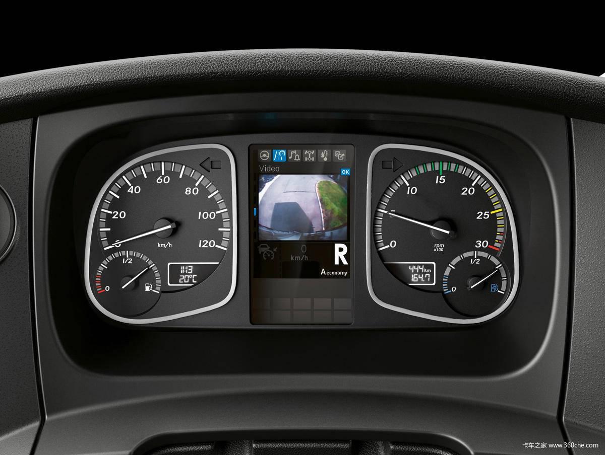节油环保两不误 作为Atego系列的心脏,此次奔驰将提供包括四缸和六缸两种系列的发动机,可以欧洲即将实施的欧六排放法规。  其中四缸发动机为OM934系列,排量5.1升,采用四气门设计,双顶置凸轮轴设计,功率覆盖156-231马力,应用在短途运输配送车型中。同时奔驰新Atego提供三款全新的六缸发动机,型号为0M 936,排量7.
