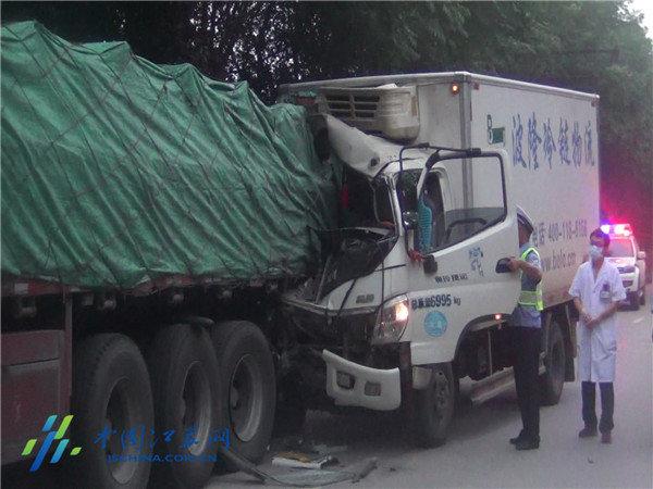 远光灯刺眼冷藏车追尾货车致一人死亡