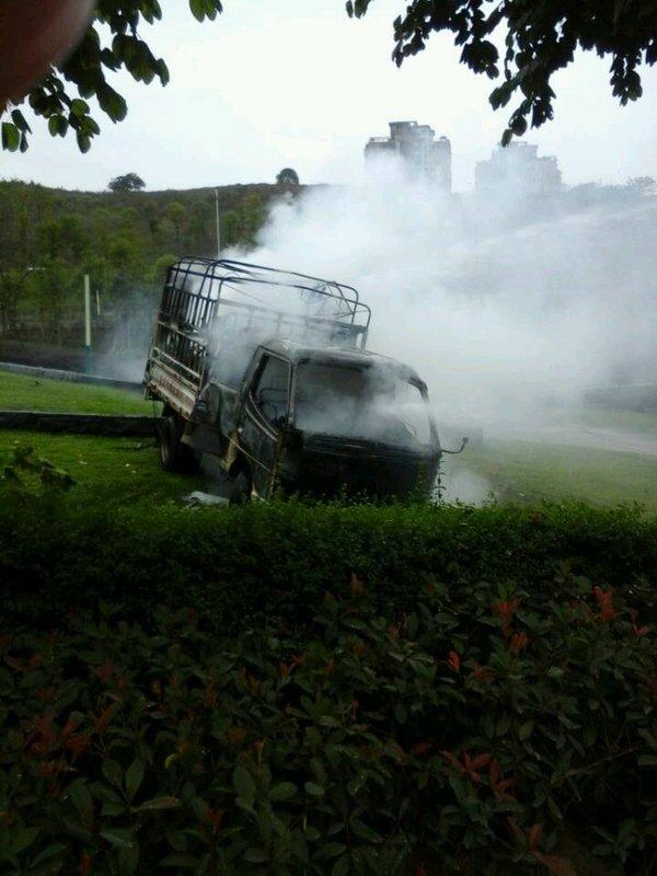 货车突然起火洒水车客串消防快速灭火