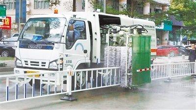 护栏也配清洗车!百米护栏分分钟洗净