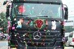 用卡车迎娶新娘 奔驰卡车的婚礼进行曲