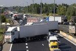 法卡车司机堵路 要求政府支持运输行业