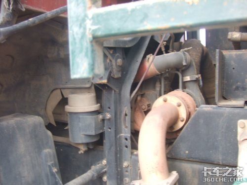 福田农用车在挖重卡的