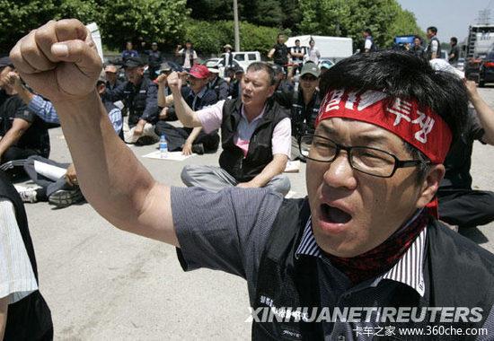 韩卡车工人举行罢工