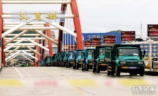 柳州30辆卡车'镇'洪峰