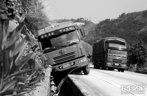 35吨大货车掉进路沟