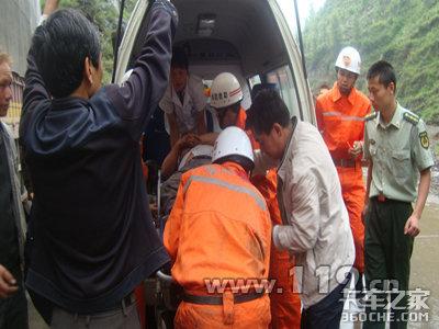 货车撞山崖一人被困住