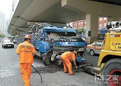 上海5吨卡车失控追尾公交车致6人受伤