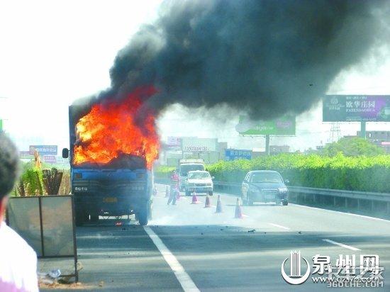 福建一货车高速路自燃