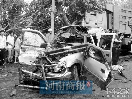 新密一运钞车与货车发生撞击致2死4伤