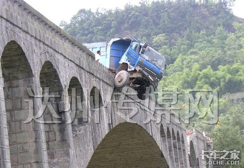 """大卡""""骑""""在桥栏上"""