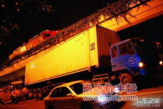 一货车被卡在高架桥下