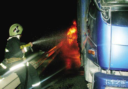 高速路上货车轮胎起火