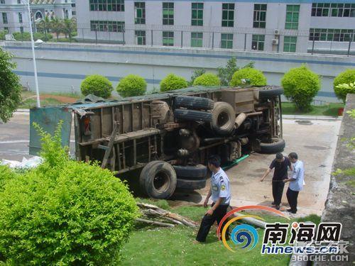 货车翻车致大米散满地