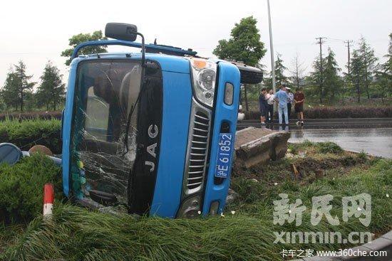 卡车冲入绿化带侧翻