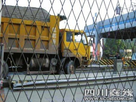 超载货车如何过收费站