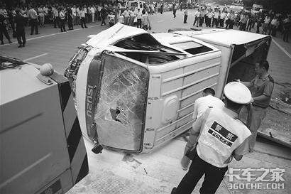 公交车冲上站台3死8伤