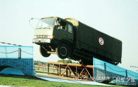 5吨卡车飞跃2米半断桥
