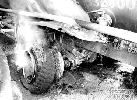 水泥罐车高速入口爆胎