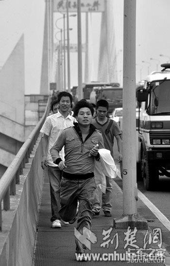 '一桥堵'变成'一城堵'