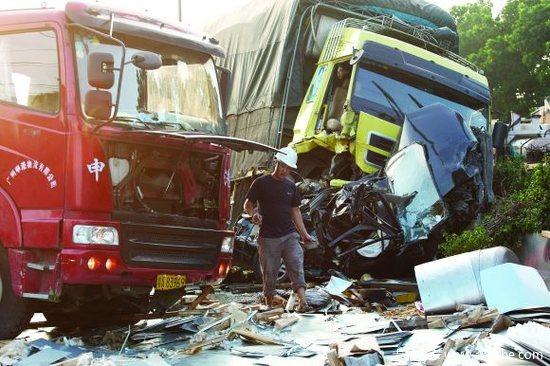 两辆货车挤碾撕碎小车