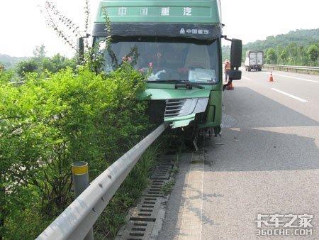 货车撞隔离带前轮爆胎