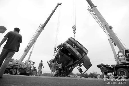 集装箱车身翻下路基