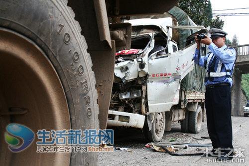 小货车超载刹车失灵撞大车三男子受伤