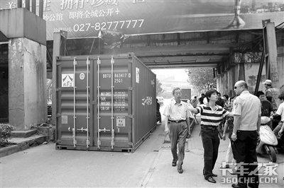 货车过桥洞货厢撞落地
