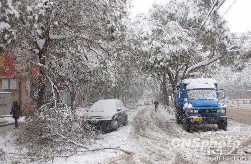 河北山西等省遭暴雪阻路数万车辆滞留