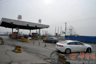 中国最牛收费站 过条河收5元还常年堵车