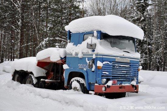 """卡车披着""""雪衣""""漫步"""