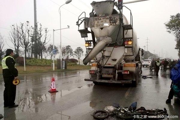 搅拌车与电瓶车相撞骑手被压惨不能睹
