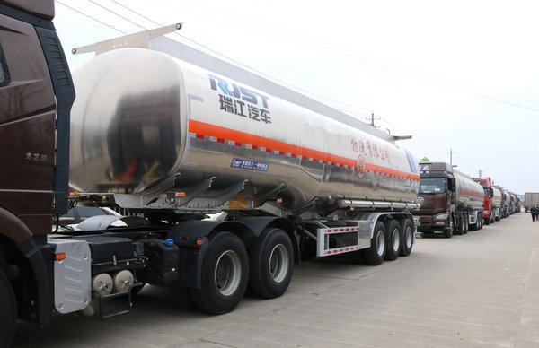瑞江罐车批量交付创新优势助客户发展