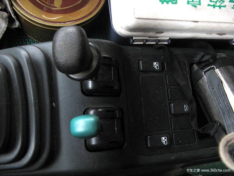 制动,黑色手柄是驻车制动,也就是我们常说断气刹.